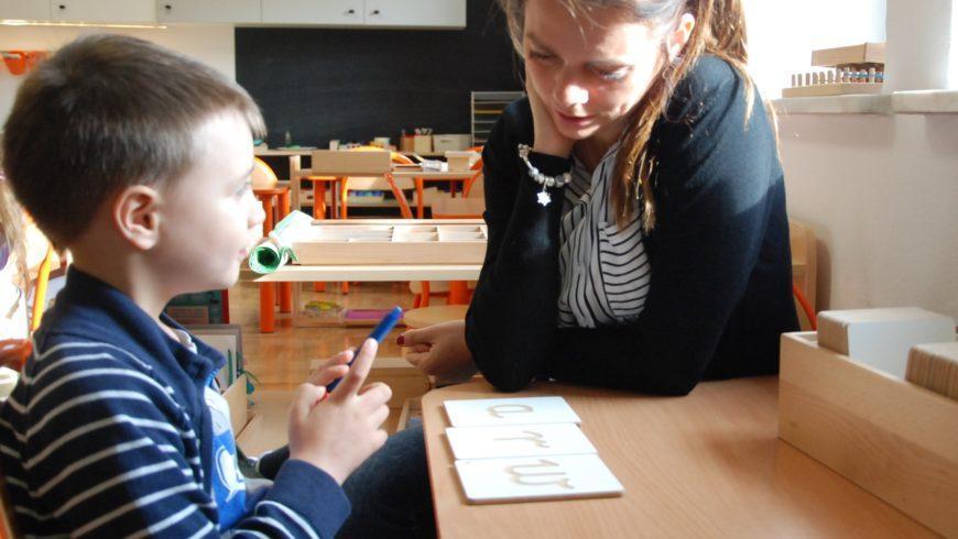 Lekcja trójstopniowa- podstawowa forma pracy wMetodzie Montessori